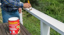 Consolan Wetterschutzfarbe wird auf ein Holzgeländer aufgetragen