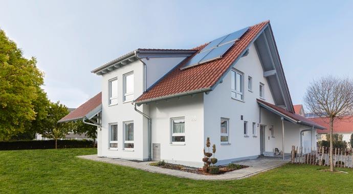 Solarthermie-Anlage auf Hausdach
