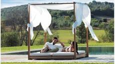 Der Baldachin aus Leinen von Ethimo schützt die Sonnenanbeter auf den beiden Liegen, deren Position individuell gewählt werden kann.