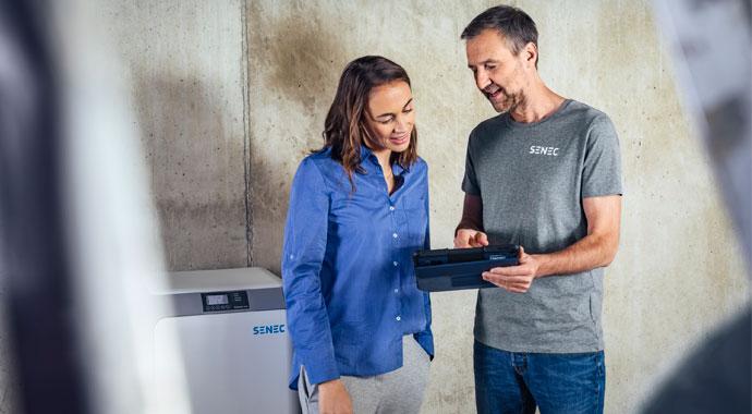 SENEC-Installateur mit Kunde im Gespräch