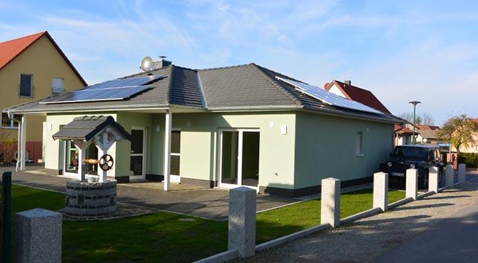 Town country haus musterhaus bungalow 128 for Haus bauen musterhaus